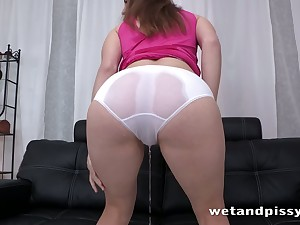 Horny pro relieves her bladder by peeing all over herself on the couch